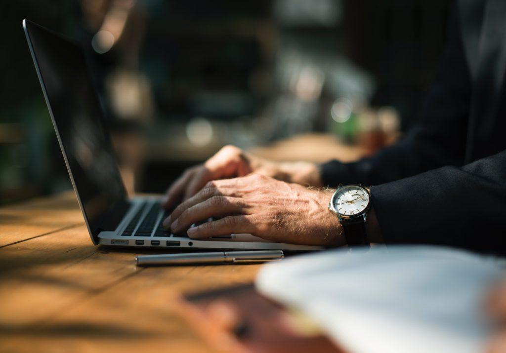 mains qui travail sur un ordinateur portable