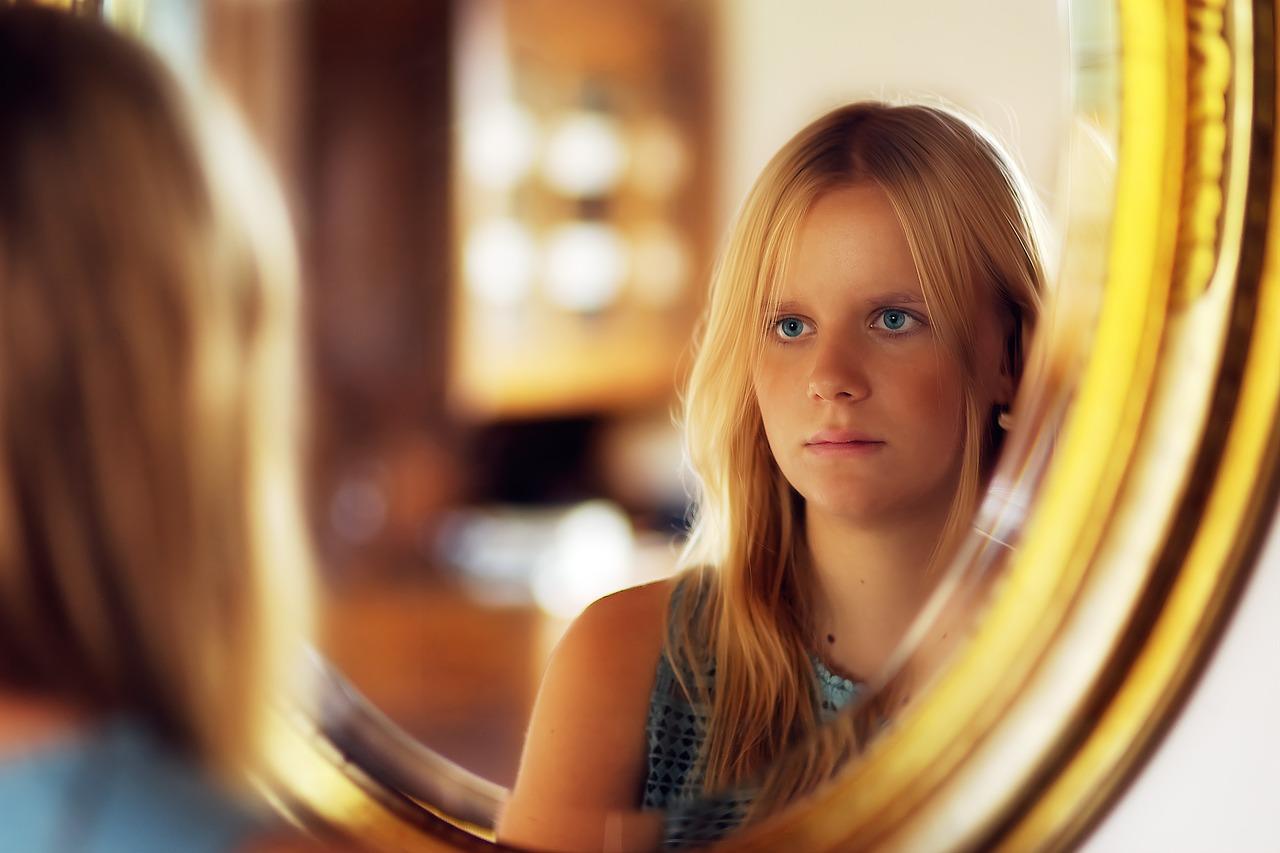 une jeune fille regarde dans le mémoire
