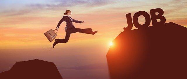 Affiche d'une travailleuse qui saute d'une montagne a une autre avec le mot Job écrit en gros